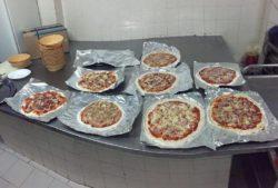 Cocinando pizza. Actividades de campamento para jovenes
