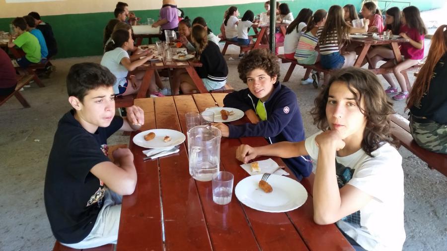 Niños en  campamento de tiendas