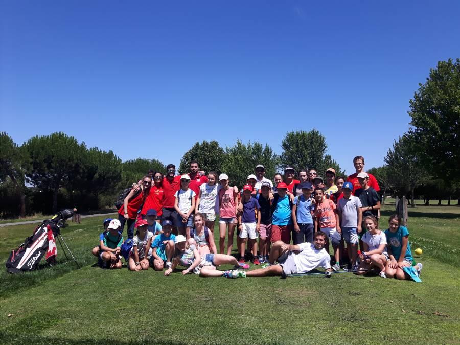 Grupo de niños Golf en campamento inglés y francés