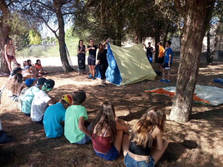 Montaje tiendas acampada niños