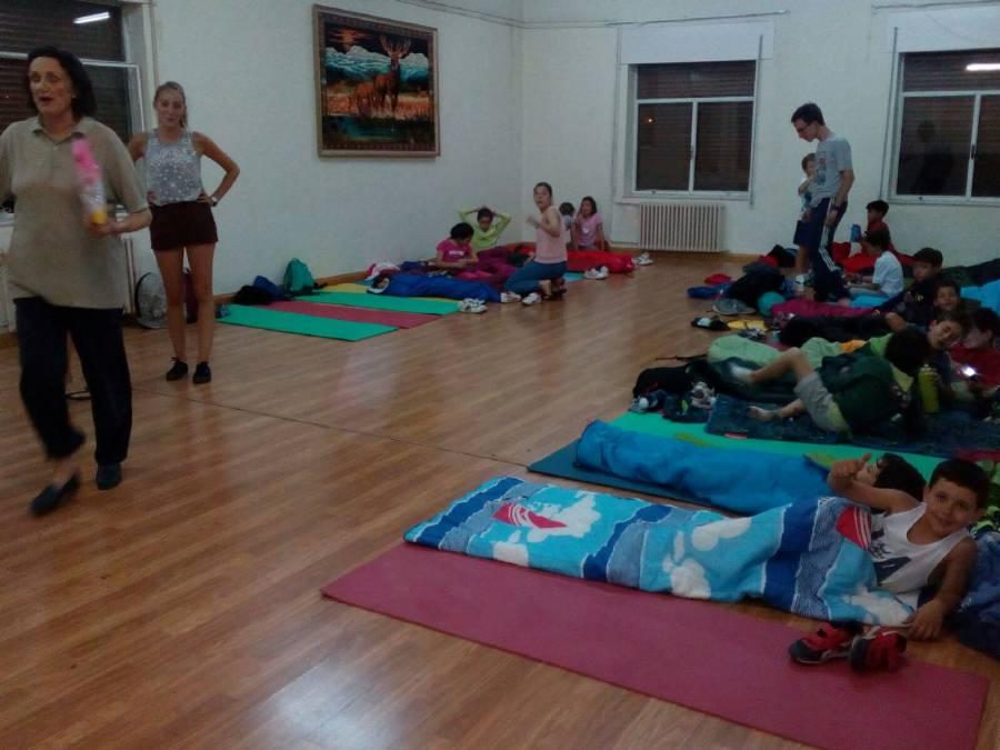 Dormir en saco niños campamento Salamanca