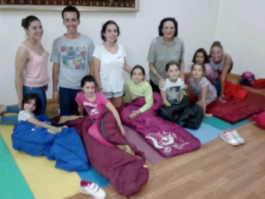 Dormir en saco niños campamento