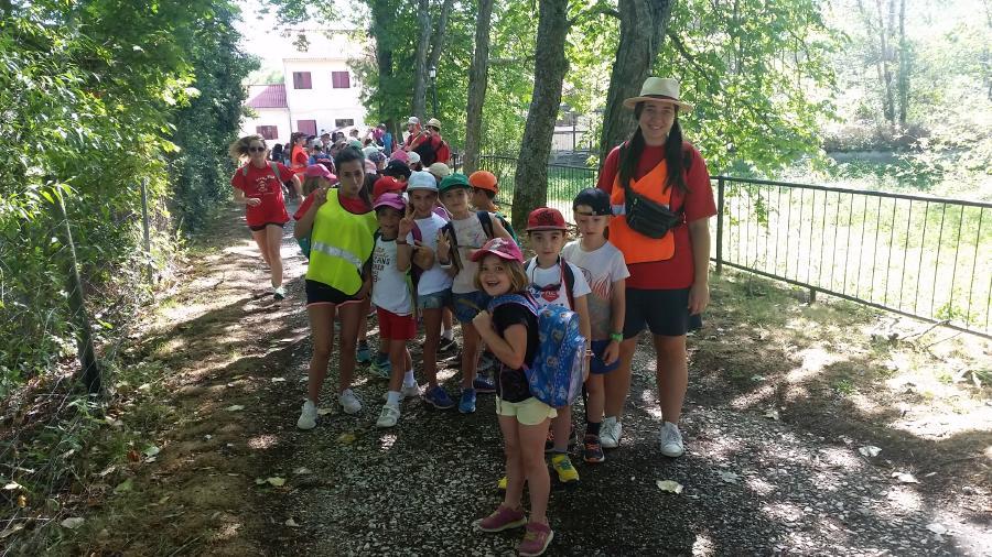 Grupo niños excursión