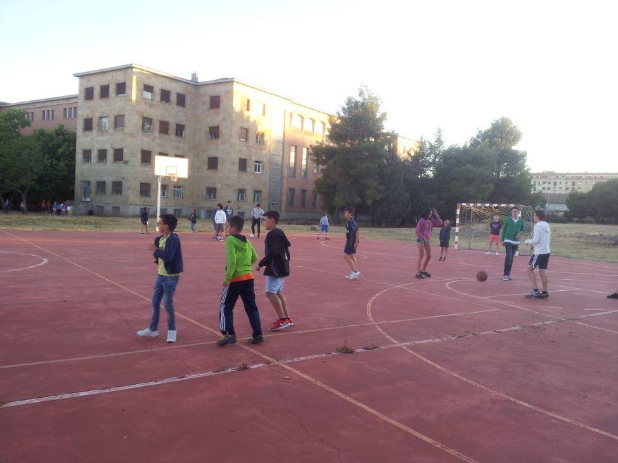 Grupo niños deportes colonia de verano