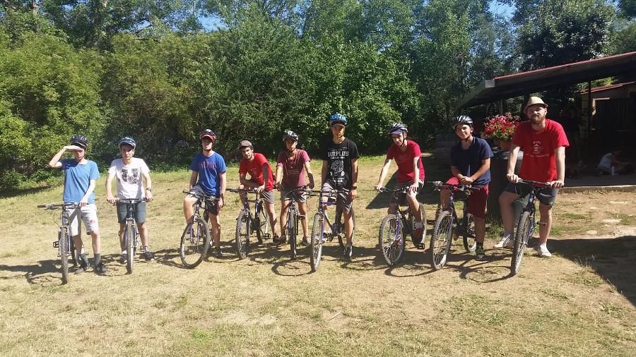 Bicicletas grupo niños campamento
