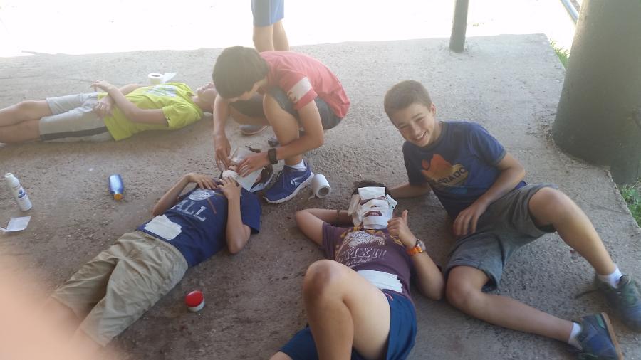 Taller mascaras niños campamento
