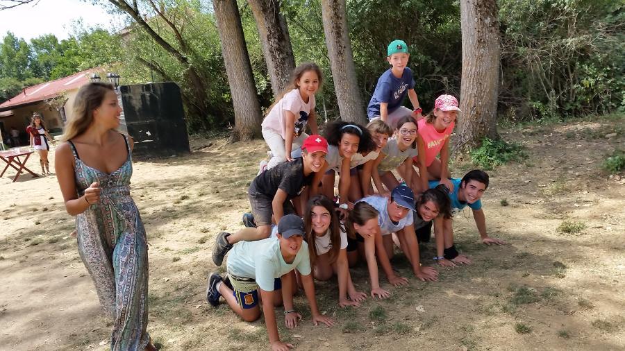 Juego grupo niños campamento