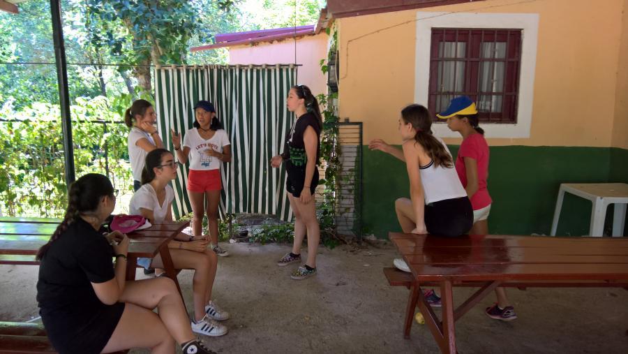 Grupo niños en el campamento de verano