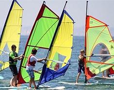Campamento de playa Aguilas, Murcia, España. Colonia nautica. Windsurf