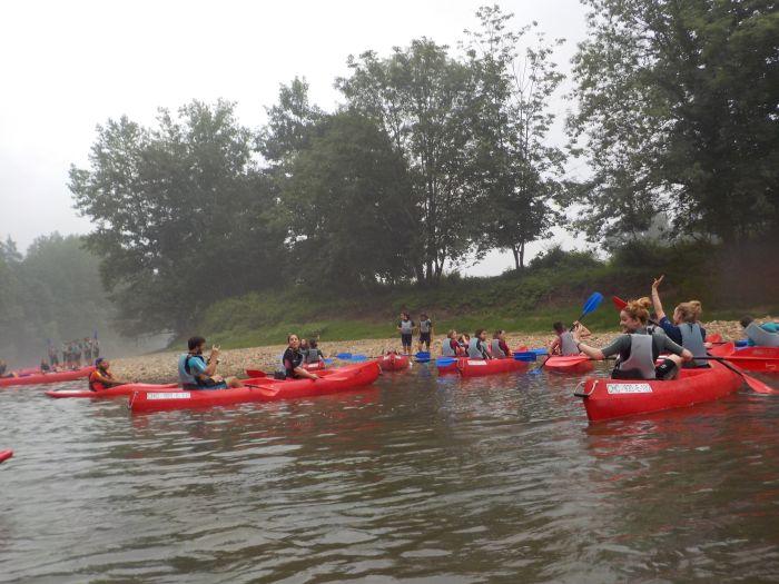 en el río con el campamento