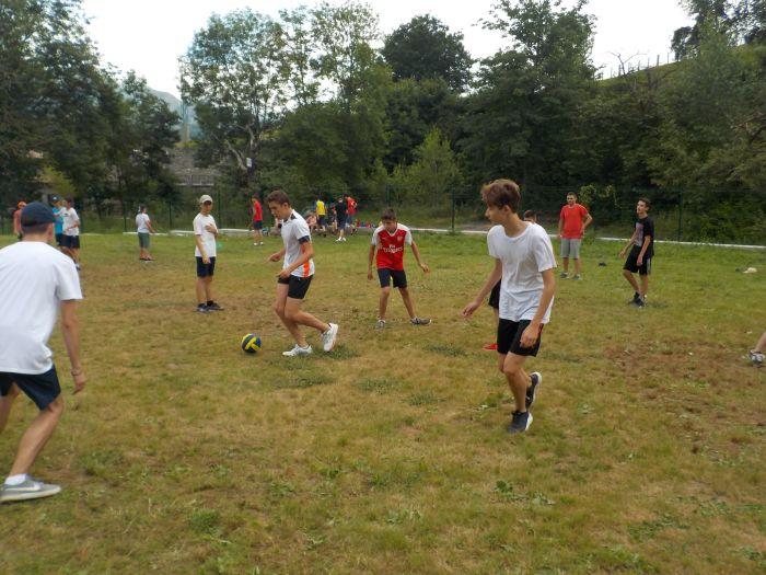 fútbol en el campamento