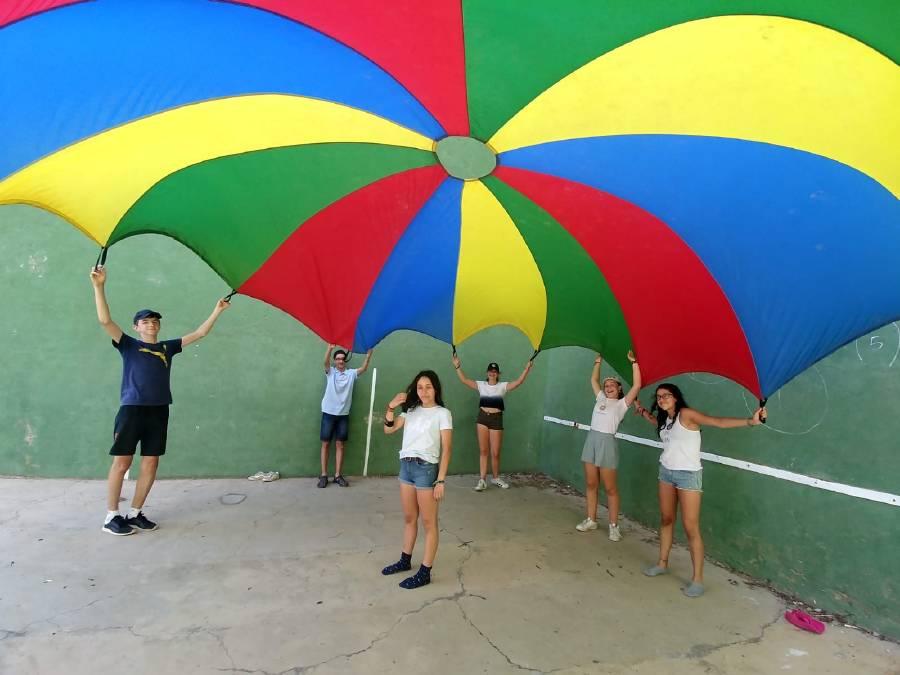 divirtiéndose con el paracaidas