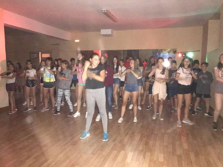baile de grupo en discoteca