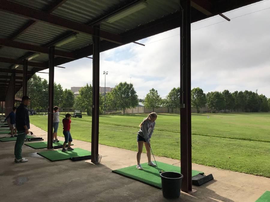 práctica de golf en campamento