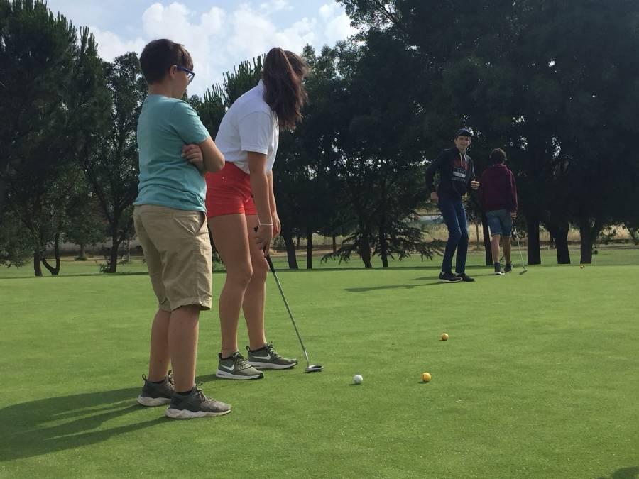 golpes de golf en el campamento