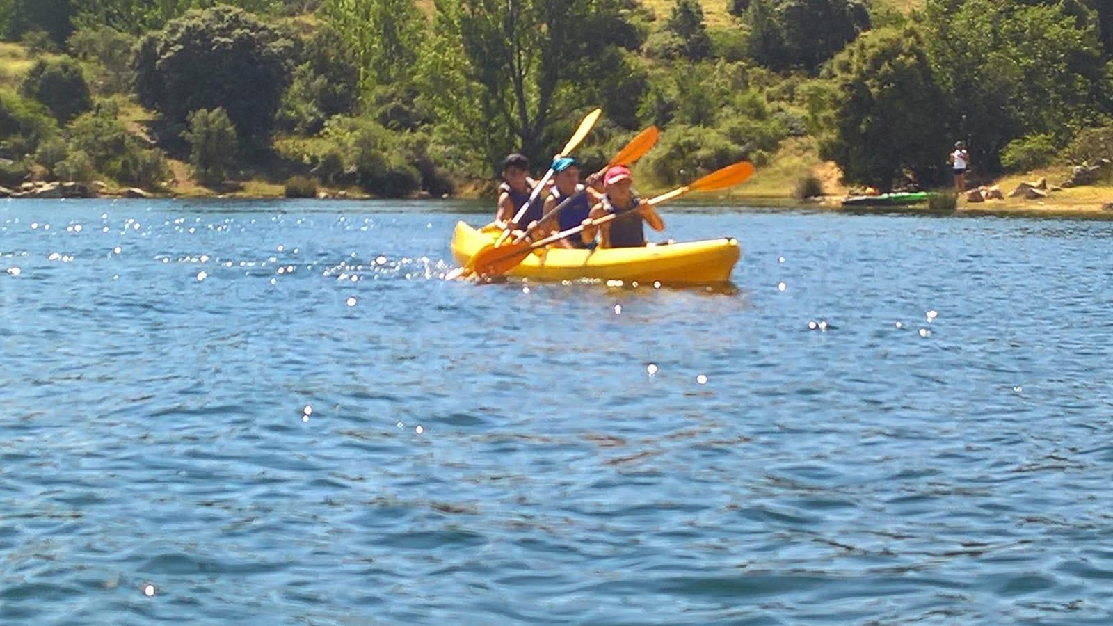Campamento de verano con actividades excursión a piragua