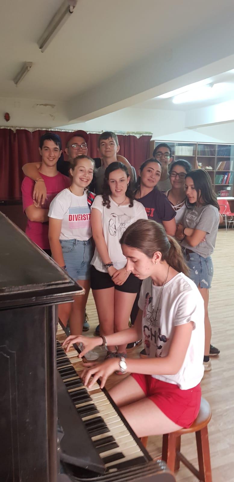 piano en el campamento