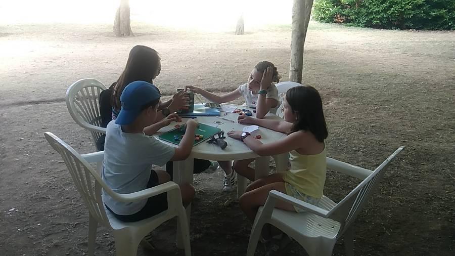 jugando en el campamento