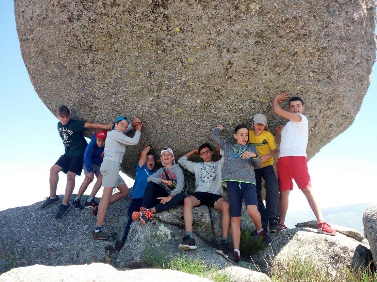 roca en el campamento