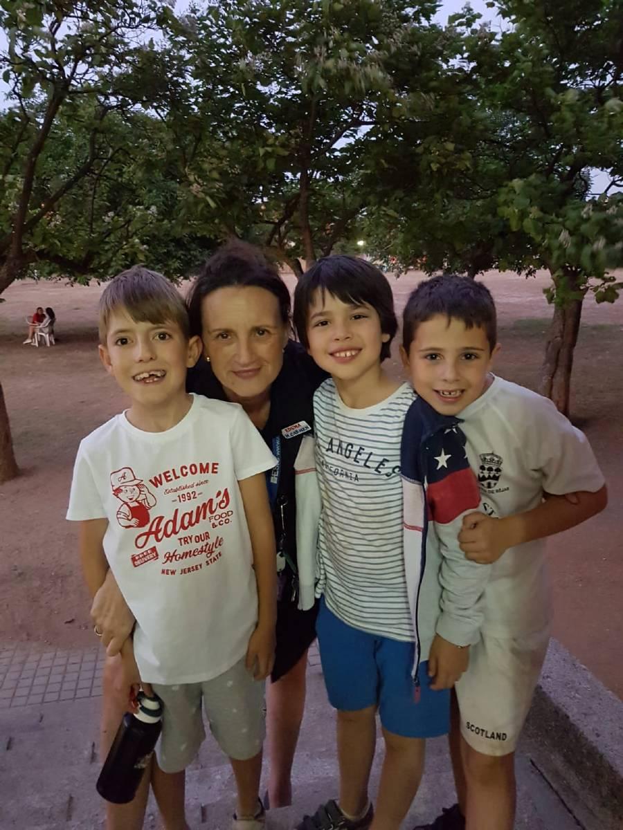pequeños con la directora del campamento