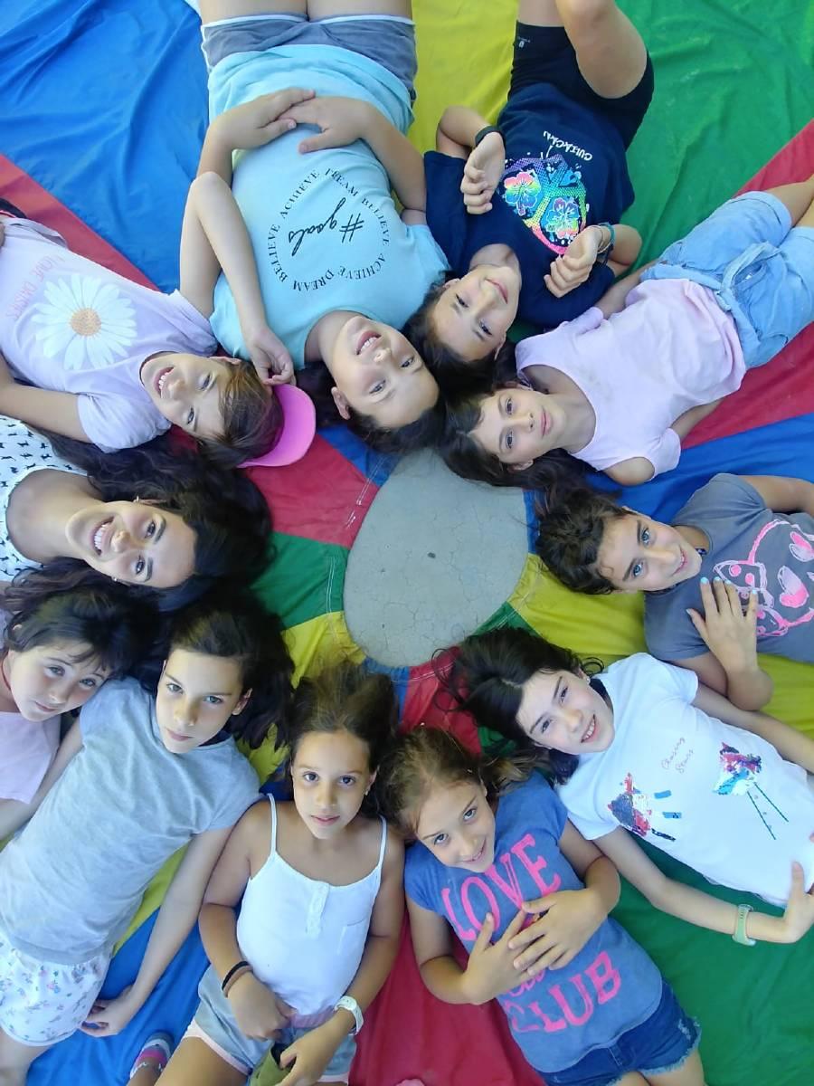 niños con paracaidas campamentos de verano