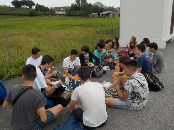 comiendo picnic en campamento