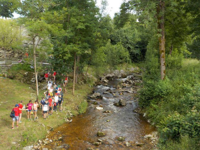 río en el campamento