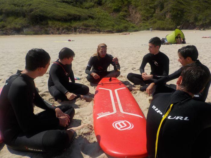 iniciación al surf en el campamento
