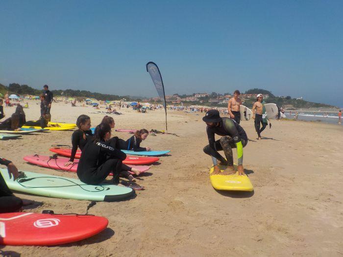 aprendiendo a surfear en el campamento