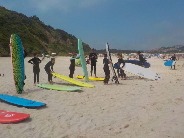con las tablas de surf preparadas