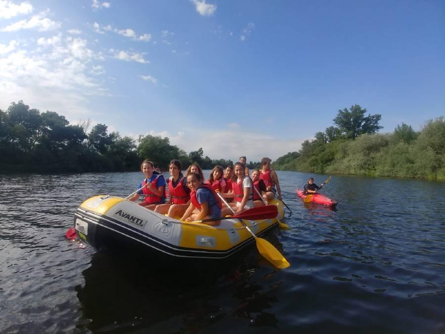 actividad de campamento rafting