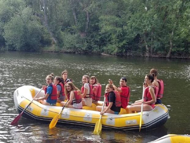 disfrutando del rafting de campamento