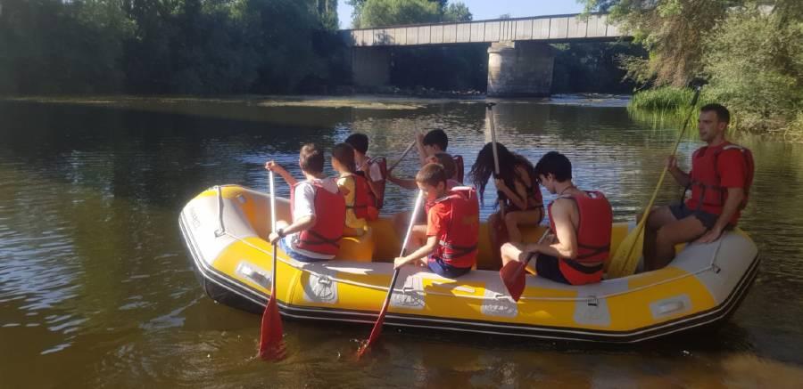 Campamento haciendo rafting