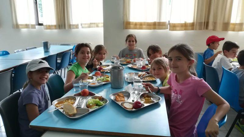 chicas disfrutando de la comida en el campamento