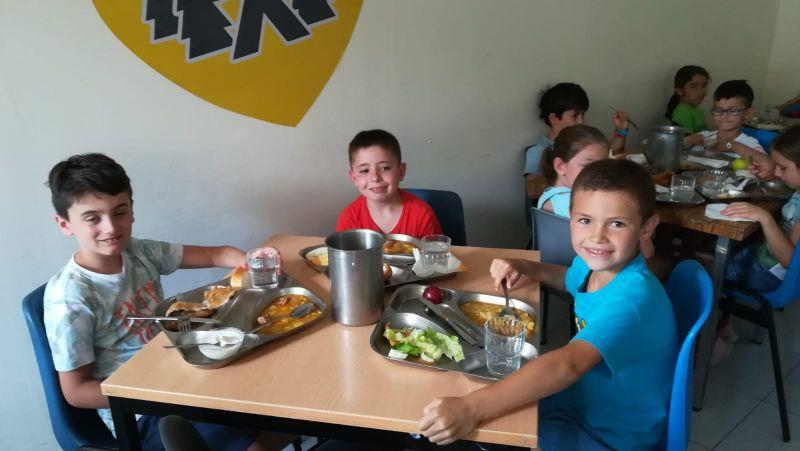 niños felices comiendo