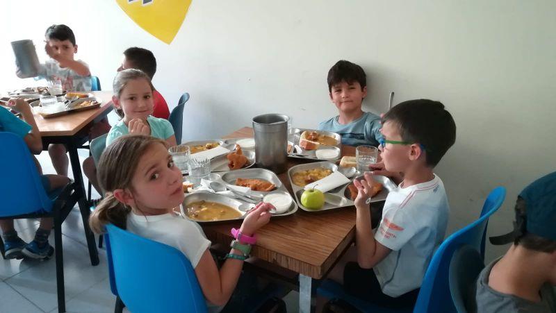 pequeños comiendo en el campamento