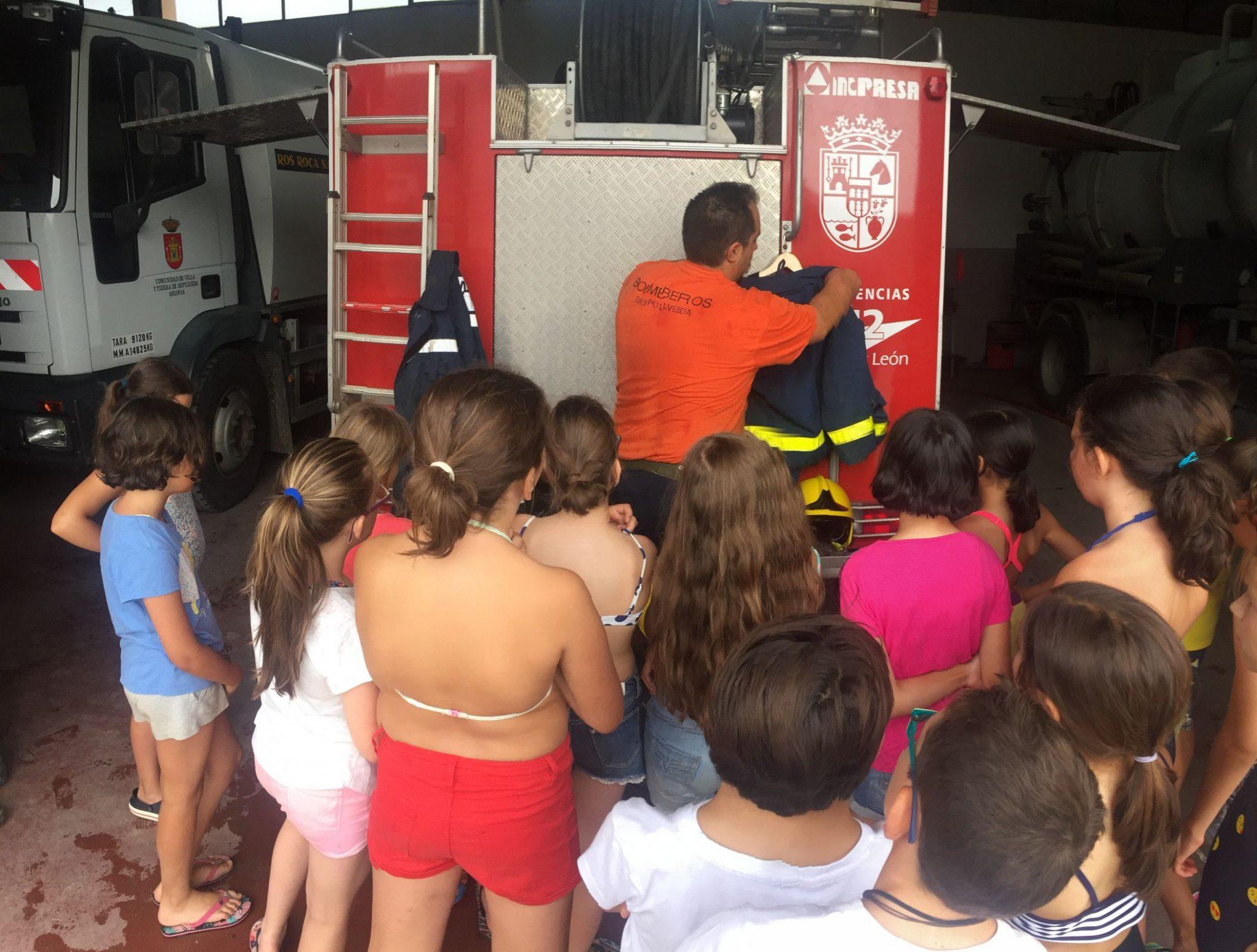 explicación de los bomberos en el campamento