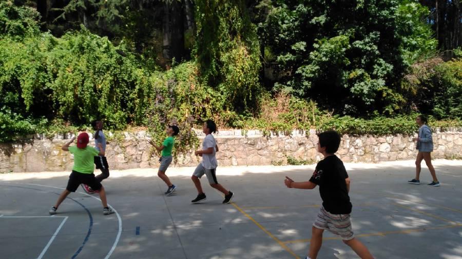 Desportes de grupo en campamento