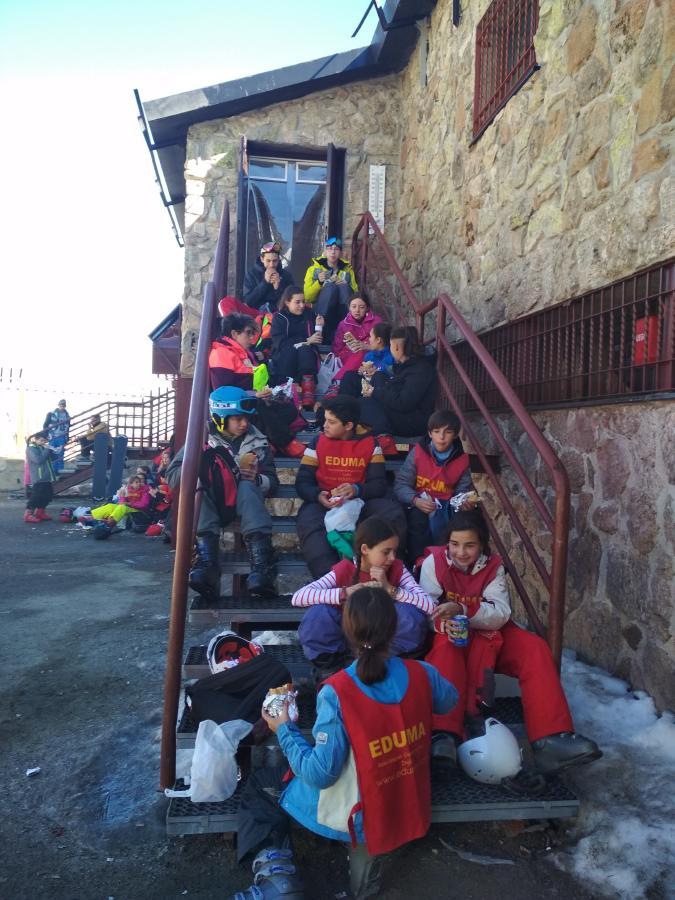 Grupo de niños vacaciones escolares. Semana Blanca 2020.