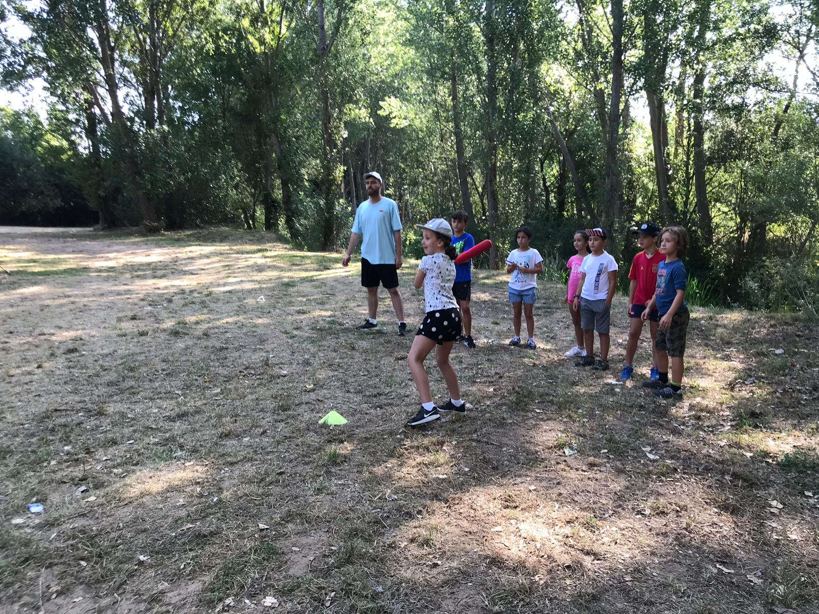 Deportes y juegos. Campamento de verano en julio.