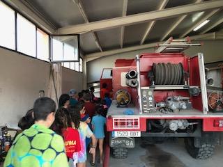 Visita a los bomberos en el campamento de julio