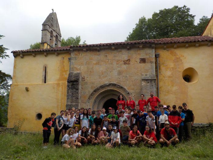 Participantes en el campamento de verano en Asturias en julio. Niños mayores en grupos.
