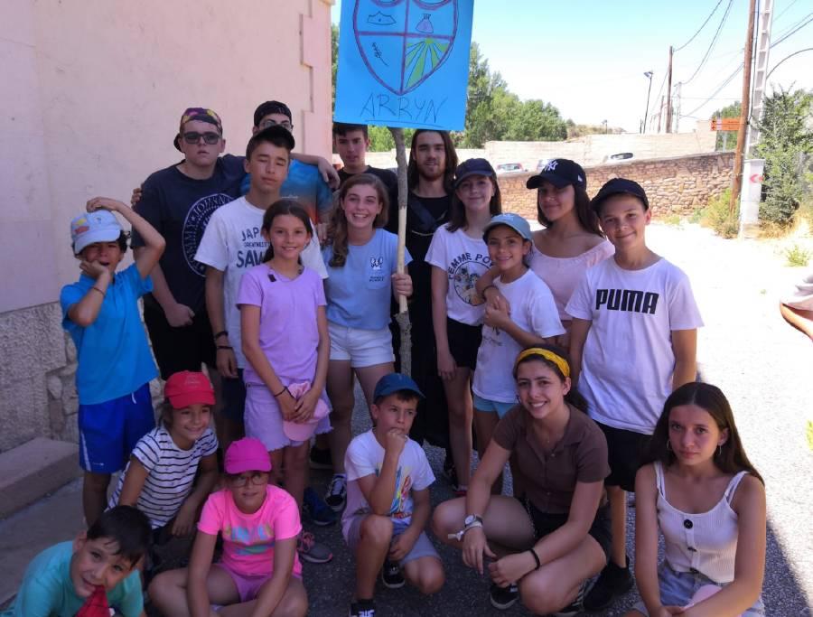 Grupo de niños en campamento. Dia tematico