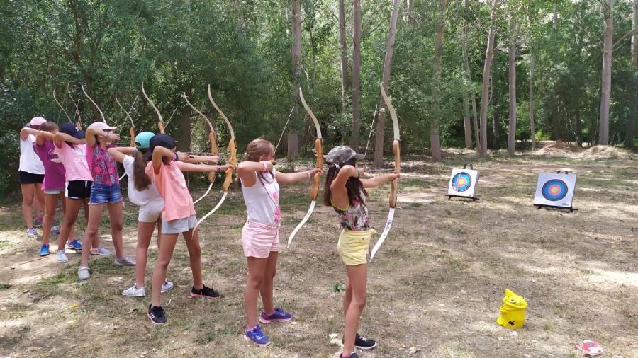 tiro con arco en el campamento de verano