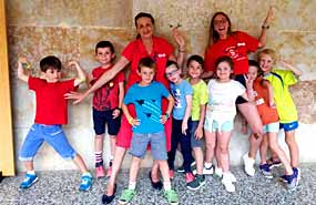 Grupo de niños pequeños en su primer campamento de verano. La mejor edad recomendada para ir.