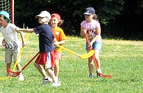 Grupo de niños jugando. Virtudes de ir a colonias y residencias en verano