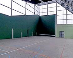 Pabellon deportivo del campamento de verano de Madrid para niños y jovenes en julio.