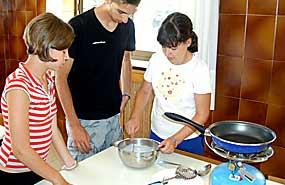 Actividad de cocina. Campamento de verano inmersión en inglés en Salamanca. Julio.