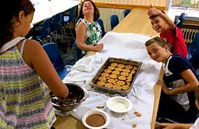 Actividad de cocina en el campamento de verano para niños en Madrid. Recomendado en julio.