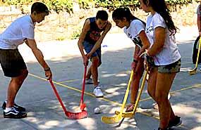 Hockey canadiense en el campamento en Madrid en agosto para niños y jovenes. Sierra de Guadarrama.